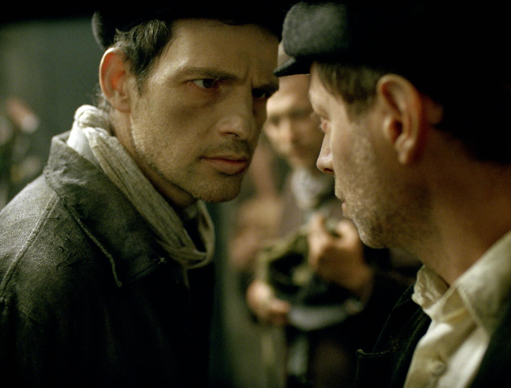 Saul (Géza Röhrig) braucht Hilfe um den Leichnam eines Kindes zu bestatten in Son of Saul © Sony Pictures Entertainment