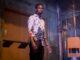 Detective Zeke Banks (Chris Rock) steht blutüberströmt in einer Lagerhalle