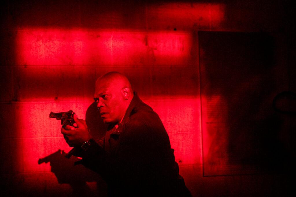 Polizeiveteran Marcus Banks (Samuel L. Jackson) ermittelt auf eigene Faust in den Lagerhallen, die mit rotem Licht aufwarten.