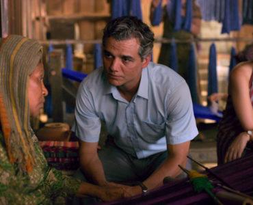 Eine Einheimische in Osttimor im Dialog mit Sergio, im Hintergrund lauscht Carolina aufmerksam.