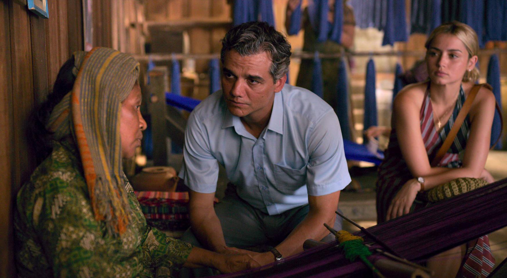 Eine alte Einheimische Osttimors und Sergio im Gespräch, im Hintergrund hört Carolina aufmerksam zu.