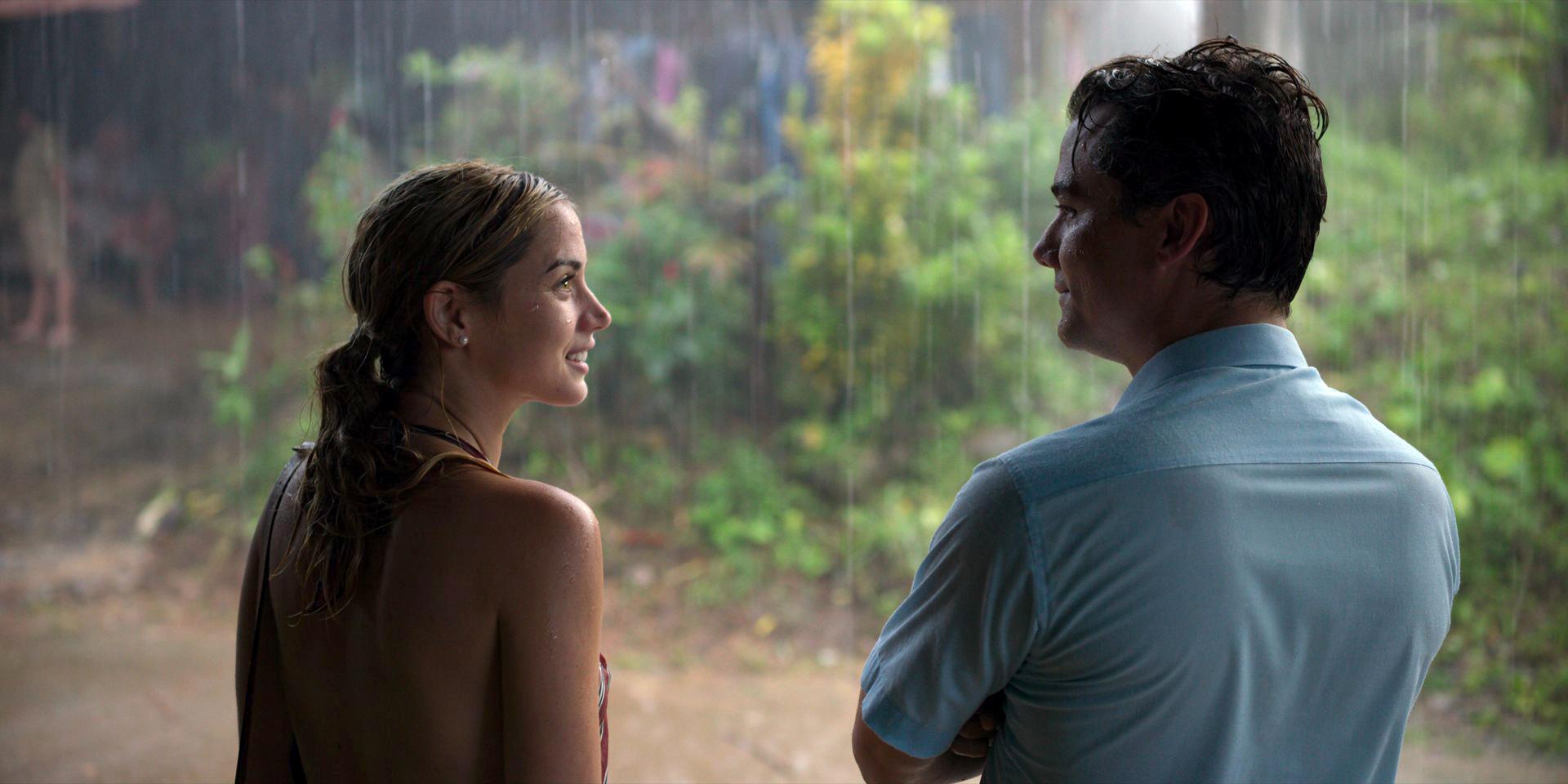 Die Argentinierin Carolina und der brasilianische Diplomat Sergio stehen gut gelaunt im Regen.