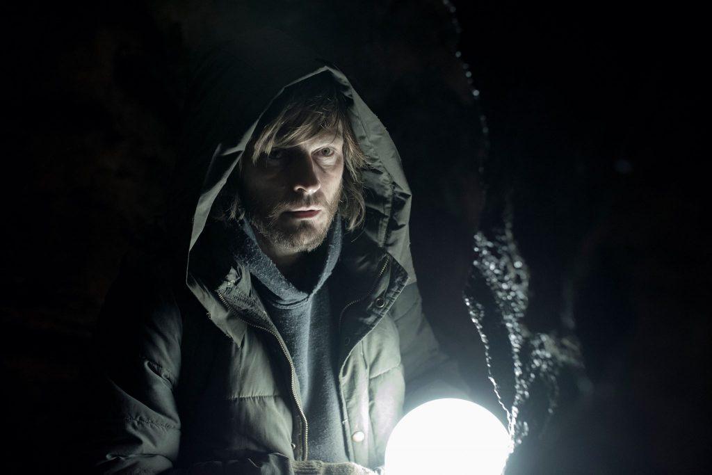 """""""Dark"""" lebt von einer düsteren Stimmung (Schauspieler: Andreas Pietschmann) © Netflix"""