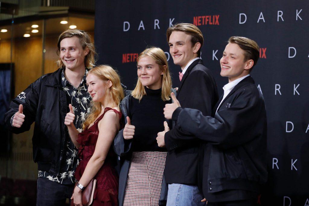 """Die Darstellerriege der Serie """"Dark (Netflix)"""" in bester Laune © Netflix"""