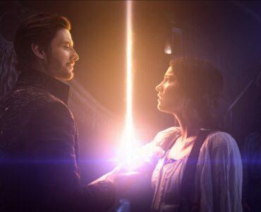 Kirigan und Alina beschwören gemeinsam eine helle Flamme.
