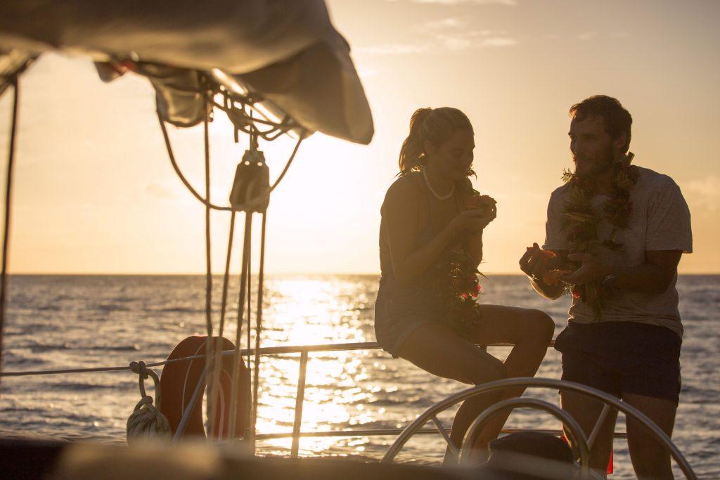 """Shailene Woodley (Tami) und Sam Claflin (Richard) in """"Die Farbe des Horizonts"""" © TOBIS Film GmbH"""