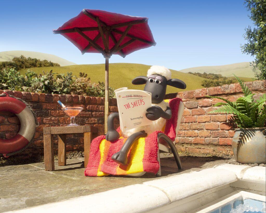 Schaf Shaun relaxt cool am Pool