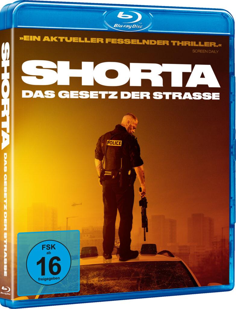 """Auf dem deutschen Blu-ray Cover zu """"Shorta - Das Gesetz der Straße"""" ist ein Polizist in Uniform auf dem Dach eines Polizeiwagens stehend. Der Polizist steht mit dem Rücken zum Betrachter mit nach rechts geneigten Kopf. Über diesem ragt der Filmtitel """"Shorta - Das Gesetz der Straße"""" in weißer Schrift."""