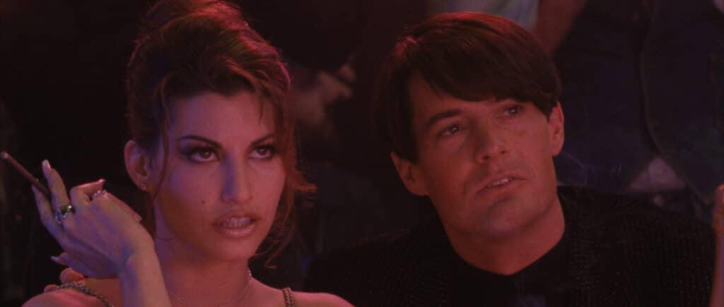 """Gina Gershon und Kyle MacLachlan spielen in """"Showgirls"""" Cristal und Zach. Die beiden schauen sich im Stripclub sehr erregt die ihnen gebotene Show an."""