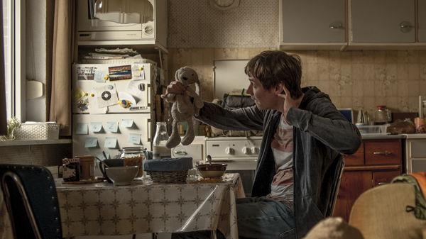 """David Kross frühstückt als """"Simpel"""" mit """"Mr. Hasehase"""" in """"Simpel"""" by Universum Film"""