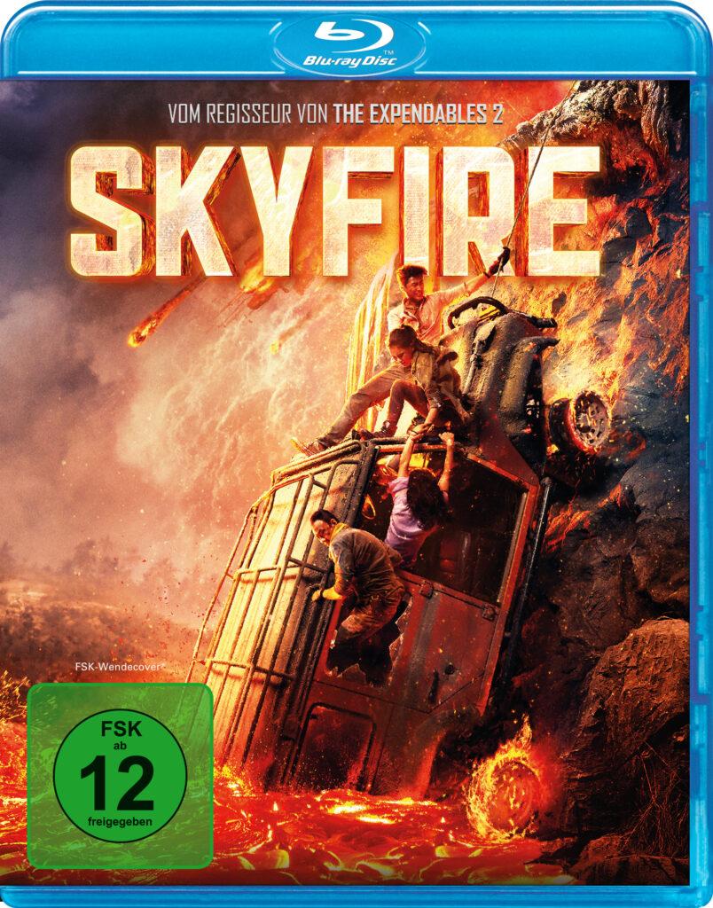 """Das deutsche Blu-ray Cover zu """"Skyfire"""" zeigt einen Geländewagen, der rückwärts in Lava abrutscht. An dem Wagen hangeln ein paar Menschen, die sich mühsam versuchen nach oben zu hangeln. Über diesem Motiv ragt der Schriftzug """"Skyfire"""" in weißer Schrift mit orange-roter Schattierung."""