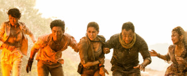 """Die Protagonisten in """"Skyfire"""" flüchten vor dem Flammenmeer. Die Personen rennen gebeugt, da scheinbar gerade eine Art Druckwelle über sie kommt."""