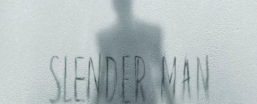 """Hinter einer beschlagenen Scheibe, auf der """"Slender Man"""" steht, sieht man den Schatten einer Figur mit langen Armen"""