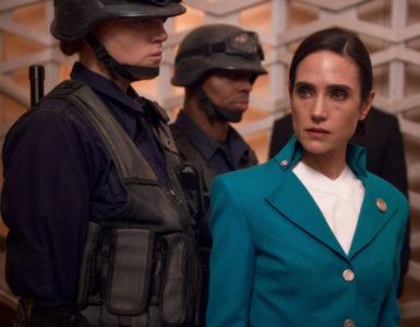 Jennifer Connelly wird in Snowpiercer von zwei Wachmännern in militärischer Aufmachung bedrängt.