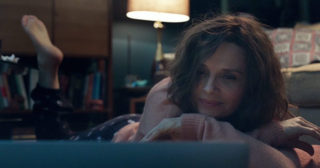 Claire (Juliette Binoche) liegt auf ihrem Bett vor dem aufgeklappten Laptop   So wie du mich willst