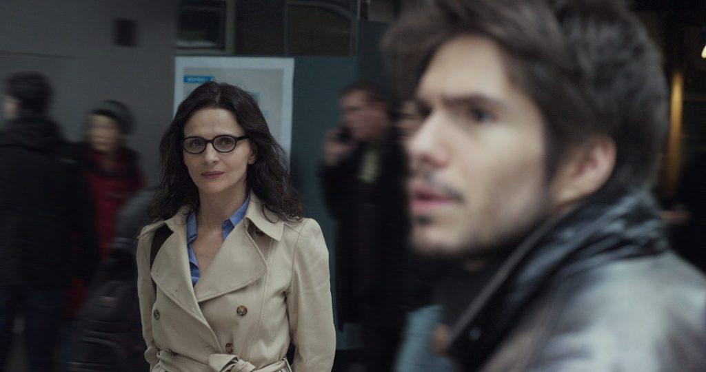 Am Bahnsteig beobachtet Claire Alex, der sie nicht erkennen kann