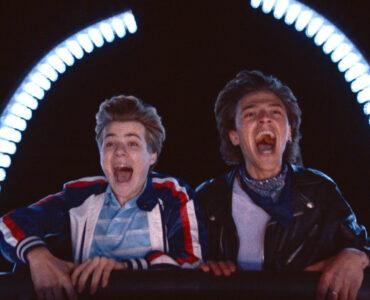 Alexis (Félix Lefebvre) und David (Benjamin Voisin) haben in Sommer 85 sichtlich Spaß bei der Fahrt mit einer Achterbahn.