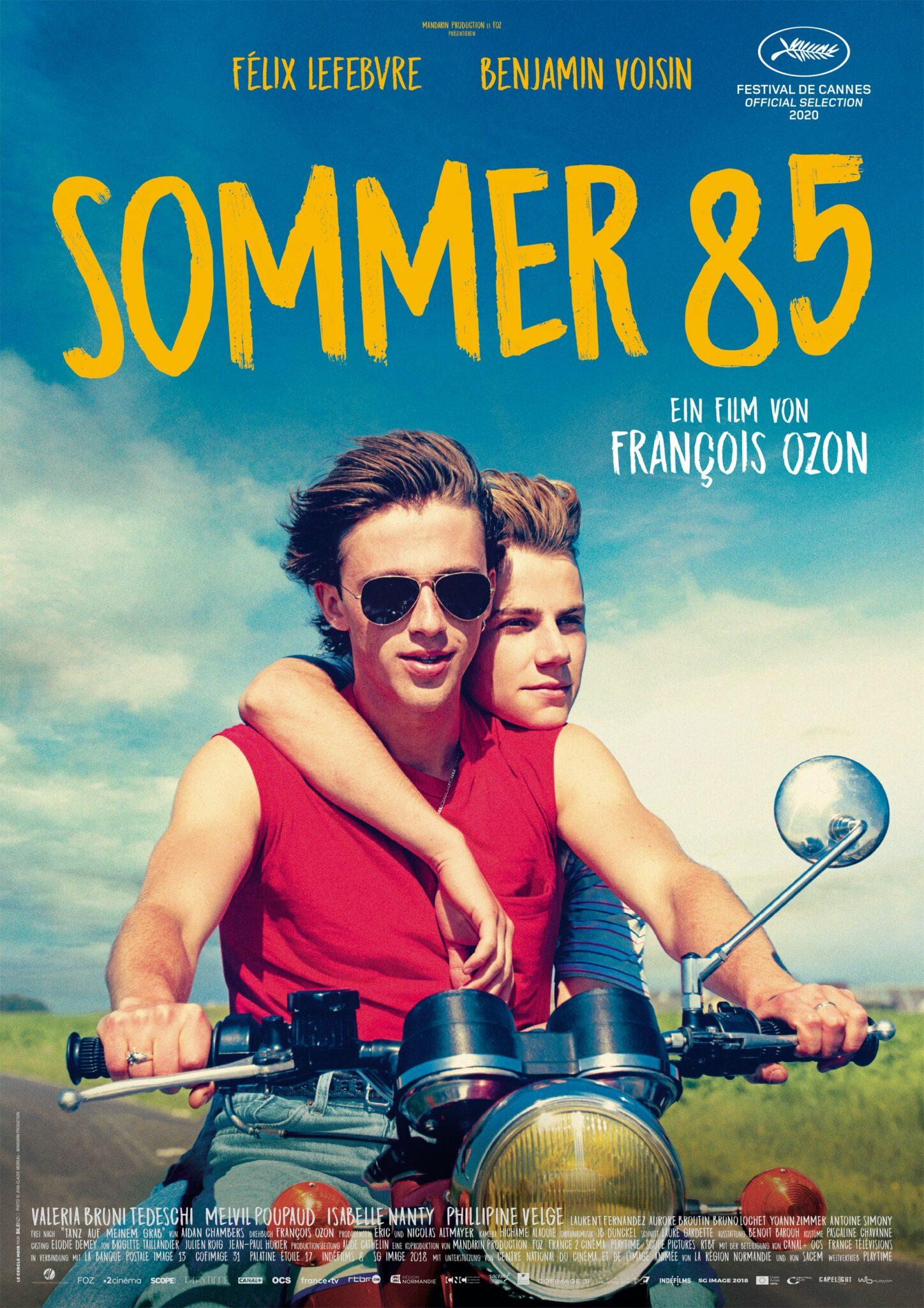 Auf dem Filmplakat zu Sommer 85 sind Hauptfiguren Alexis (Félix Lefebvre) und David (Benjamin Voisin) gemeinsam auf einem Motorrad zu sehen.