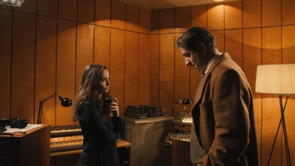Rose, gespielt von Freya Tingley, und ihr Manager Charles Vernais, gespielt von Simon Abkarian, stehen sich im Aufnahmestudio gegenüber.