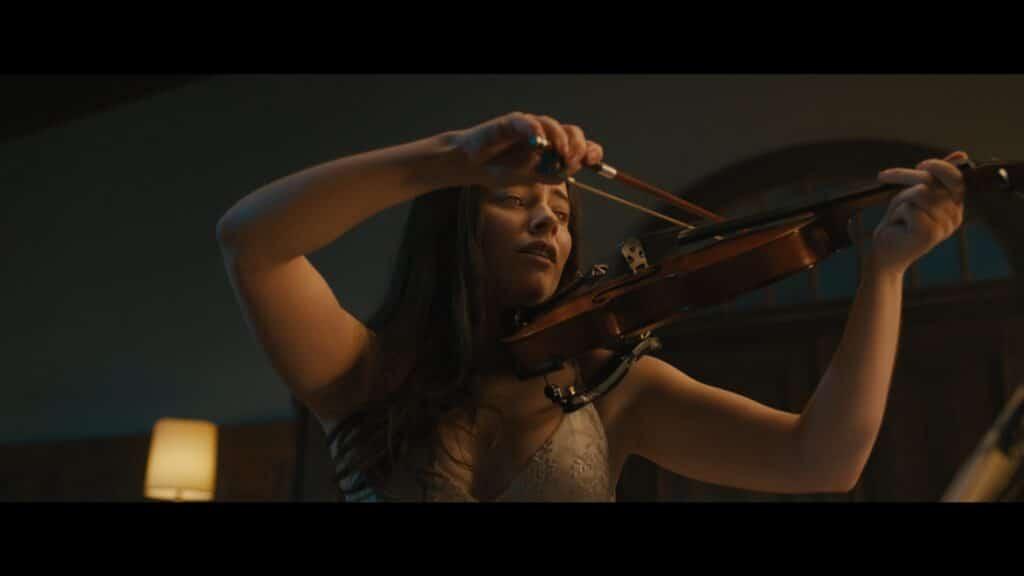 Rose, gespielt von Freya Tingley, spielt in Sonata - Symphonie des Teufels auf ihrer Violine.