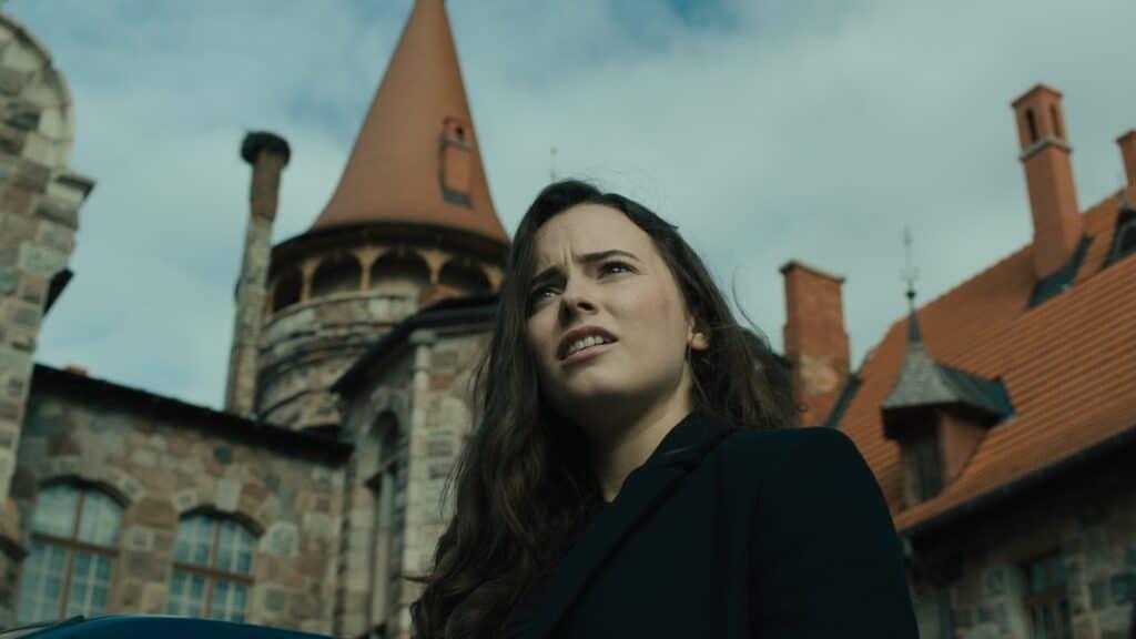 Die Tochter steht vor dem Schloss ihres Vaters.