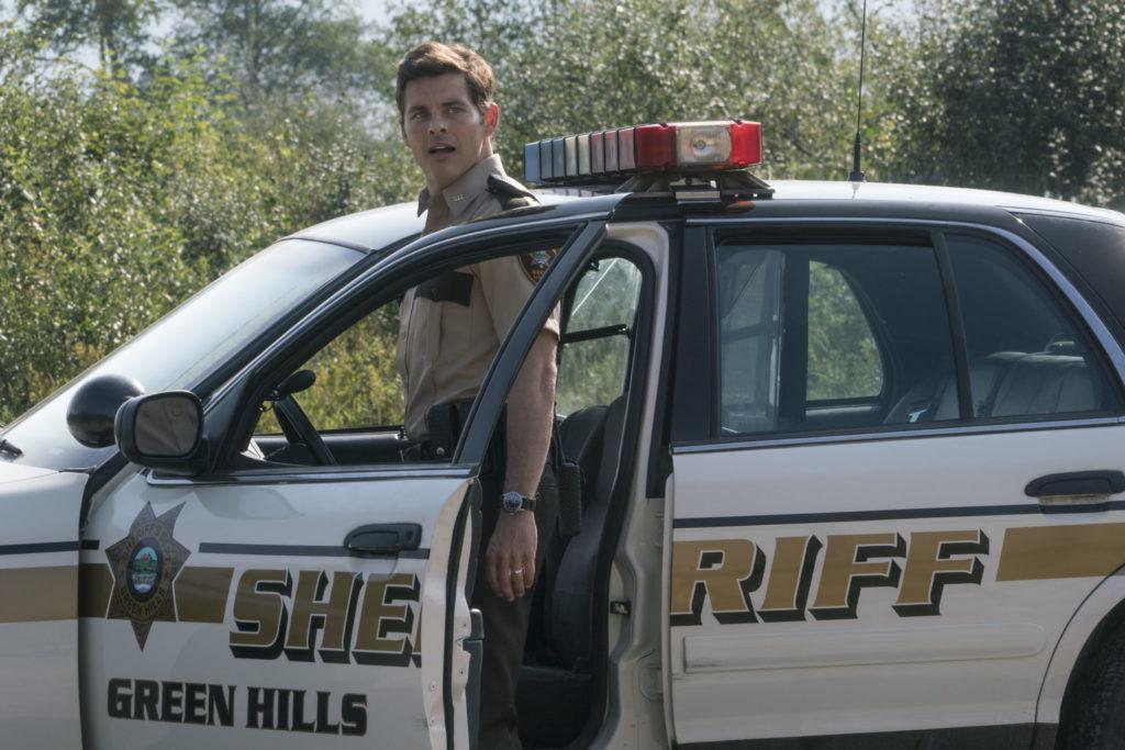 James Marsden als Tom steht vor seinem Polizeiwagen