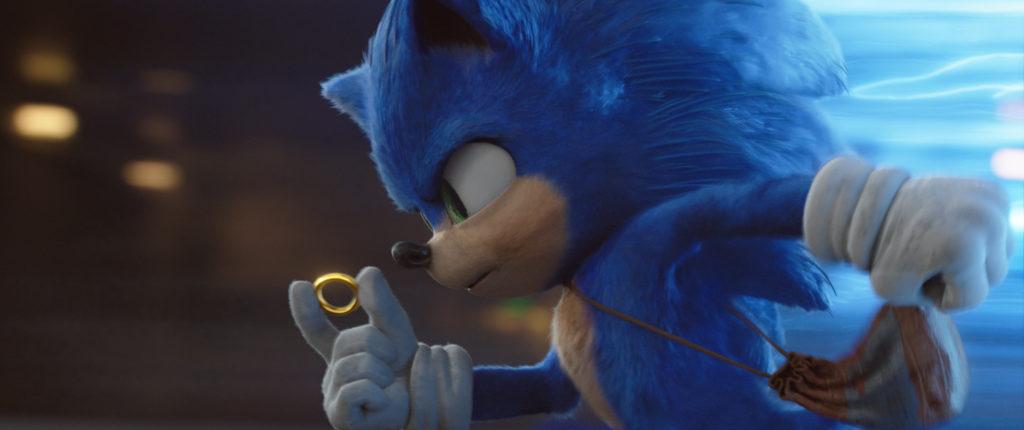 Sonic the Hedgehog hat einen seiner Ringe in der Hand und rennt