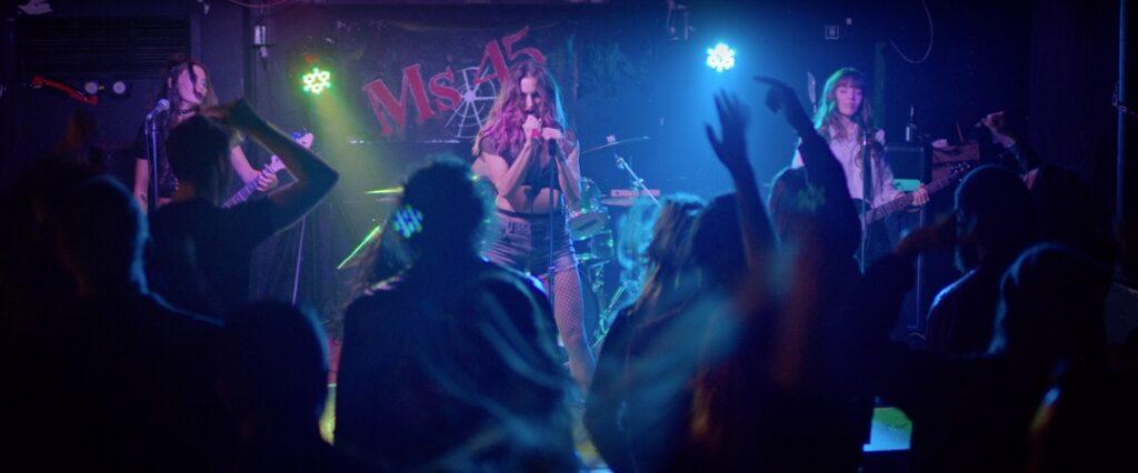 Die vier Mädels spielen als Rockband Ms 45 vor einem tobenden Publikum - Spare Parts