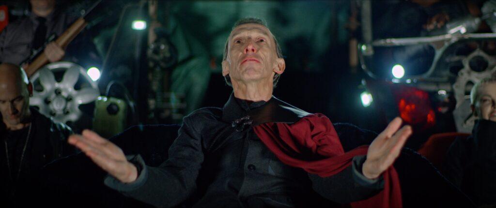 Imperator Julian Richings hebt seine Arme und blickt vielsagend zum Nachthimmel empor - Spare Parts
