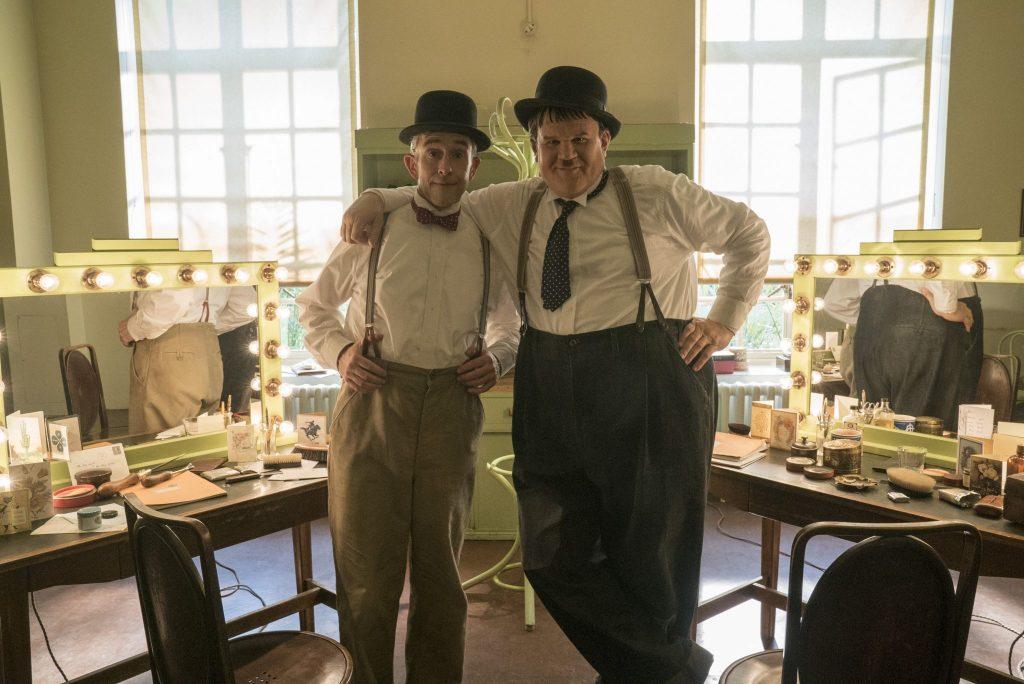 Steve Coogan als Stand Laurel und John C. Reilly als Oliver Hardy im Maskenraum in Hollywood, Stan & Ollie