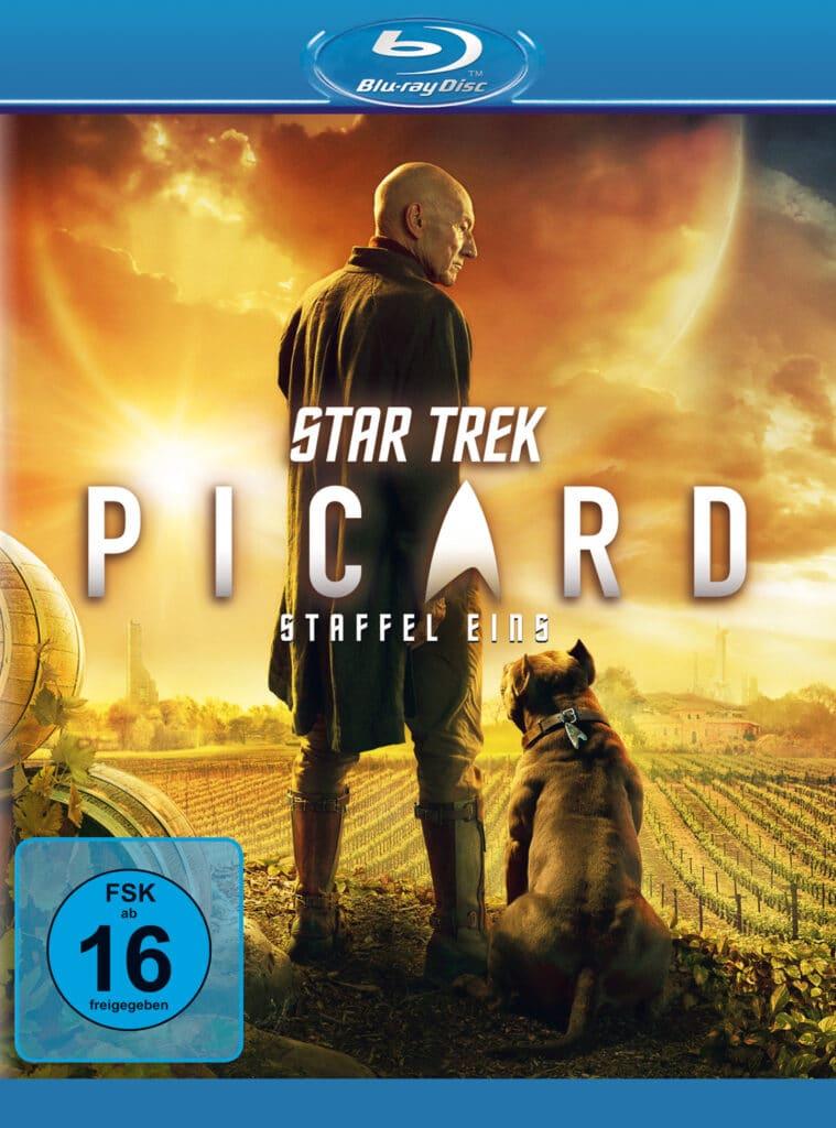 Das Cover der Blu-ray von Star Trek: Picard zeigt einen nachdenklichen Picard, gespielt von Patrick Stewart, mit seinem Hund auf seinem Weingut.