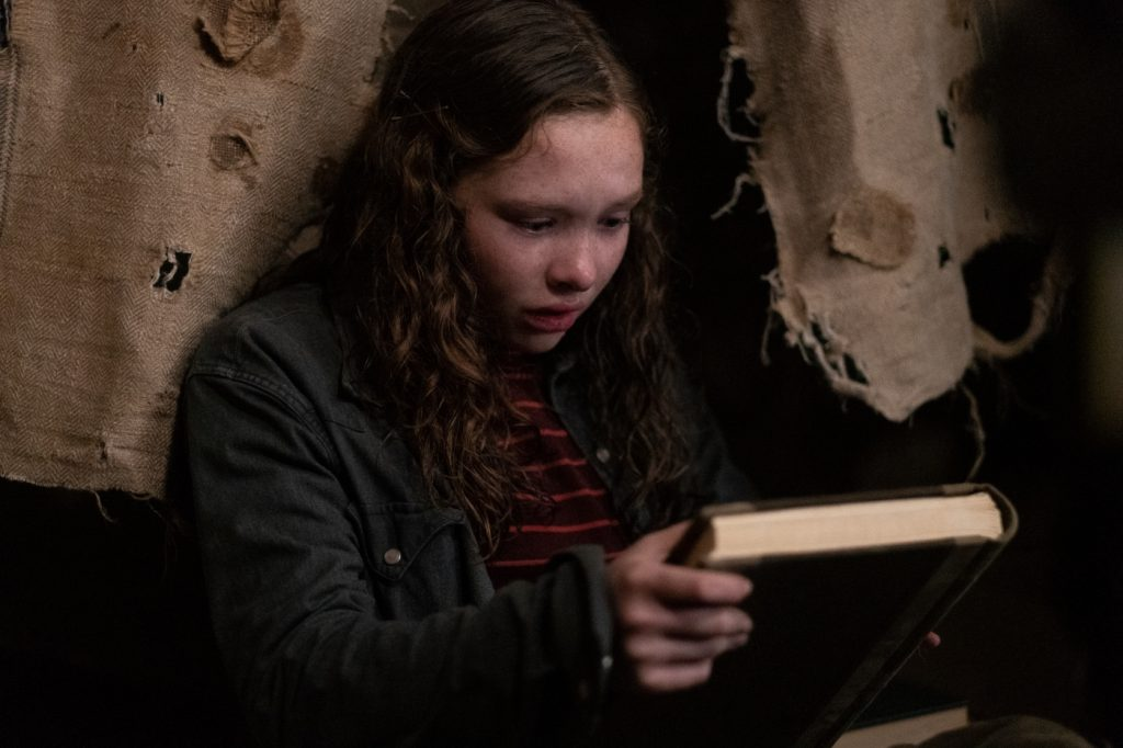 Stella (Zoe Coletti) findet ein mysteriöses Buch in Scary Stories To Tell In The Dark © 2019 eOne Germany