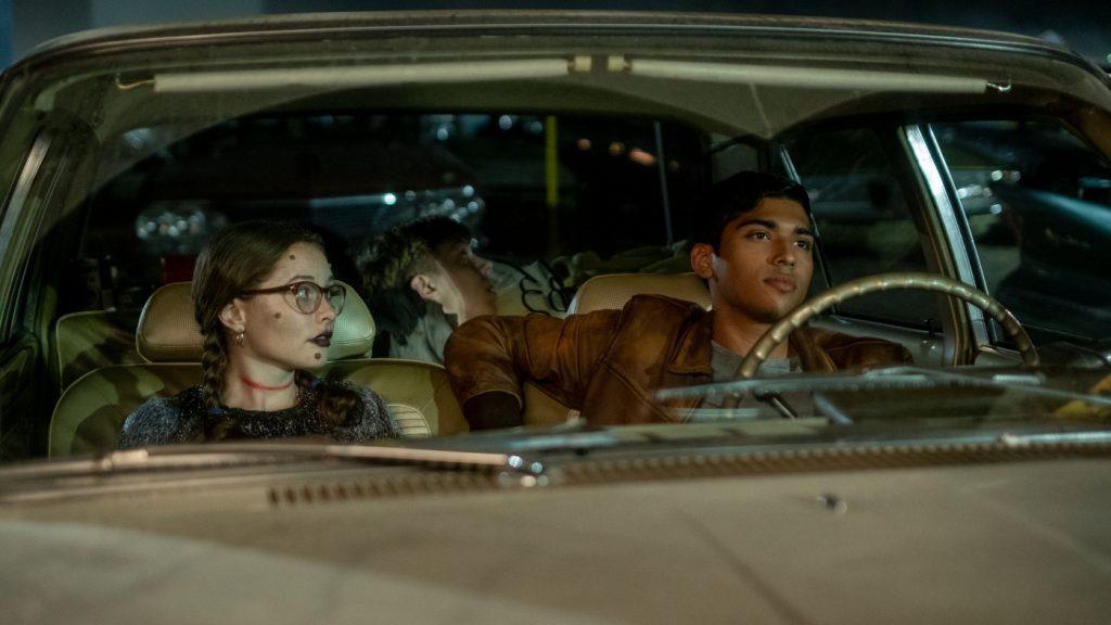 Stella und der charismatische Chuck (Austin Abrams) sitzen gemeinsam im Auto in Scary Stories To Tell In The Dark