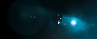 Das Raumschiff schwebt durch den Weltraum | Das Letzte Land