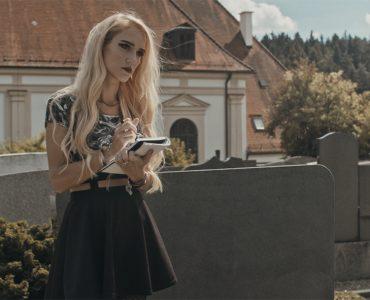 Beatrix Klimpke als Lucia auf dem Friedhof