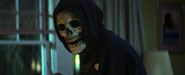 Auf dem Bild ist eine Gestalt mit schwarzen Umhang und Kapuze zu sehen. Das Gesicht ist nur noch ein Schädel, ohne Haut oder Augen. - Streamcatcher Podcast Juli 2021