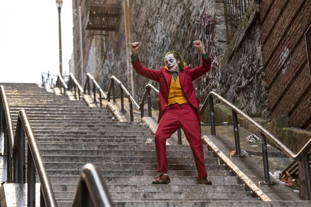 Arthur Fleck als Joker (Joaquin Phoenix) tanzt verrückt auf einer Treppe. - Streamcatcher Podcast Juni 2021