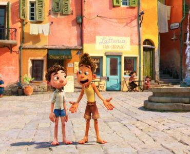 Disney/Pixars Luca zeigt die beiden Jungs Luca und Alberto, die auf einer Promenade in einer kleinen italienischen Stadt liegt. - Streamcatcher Podcast Juni 2021