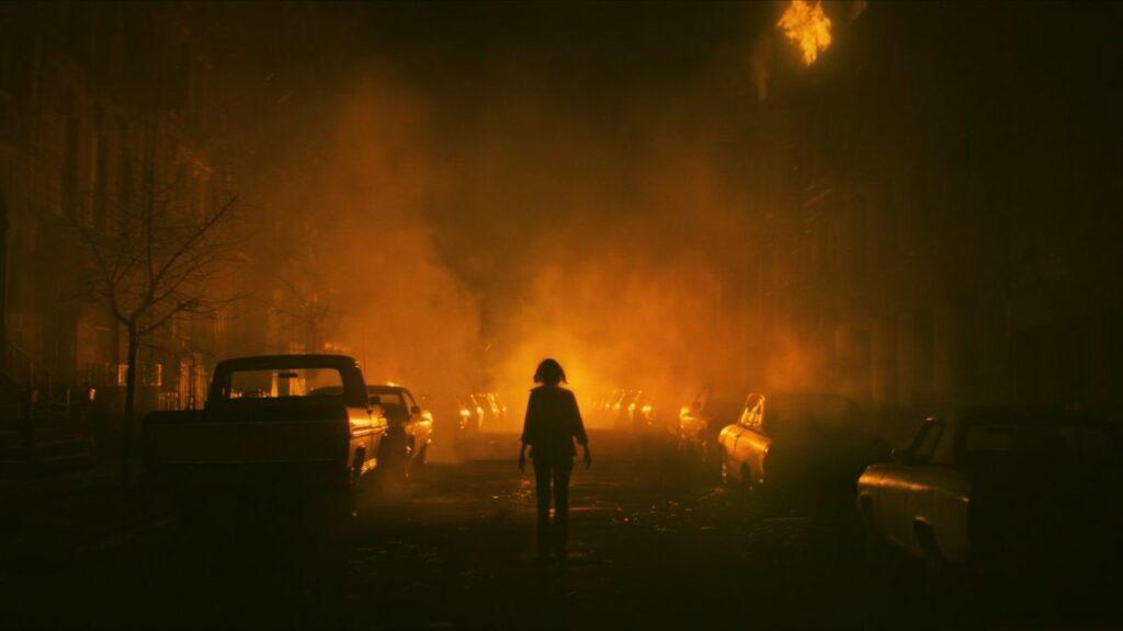 June steht auf den Straßen der Bronx, um sie rum lodern die Flammen.