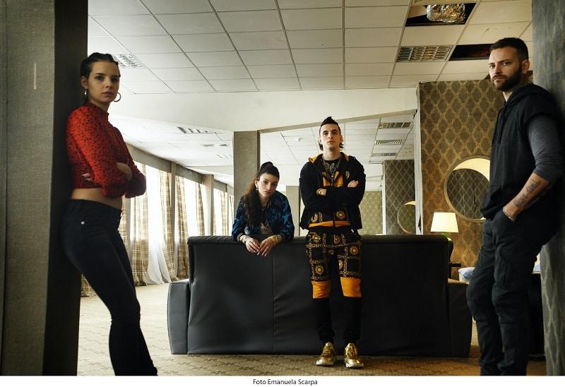 Vier junge Leute posieren in einer schicken Wohnung in Suburra - Neu auf Netflix im Oktober 2020