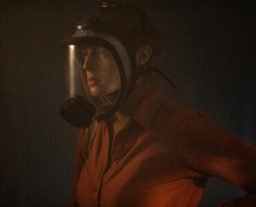 Anna, gespielt von Milena Radulovic, ist in Superdeep im Schutzanzug auf dem Weg in die Tiefe.