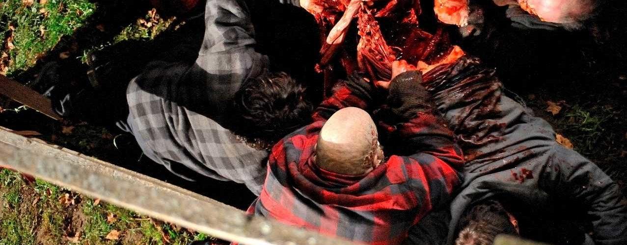Zombies weiden ein Opfer aus in Survival Of The Dead