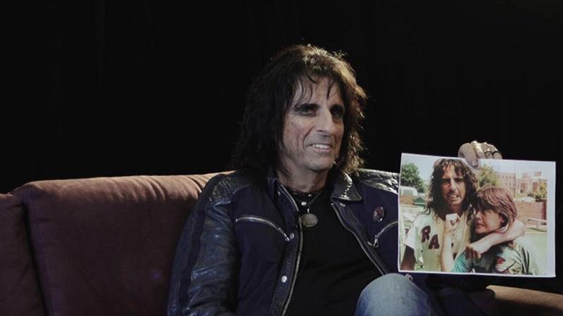 Alice Cooper zeigt ein Bild mit ihm und Suzi Quatro