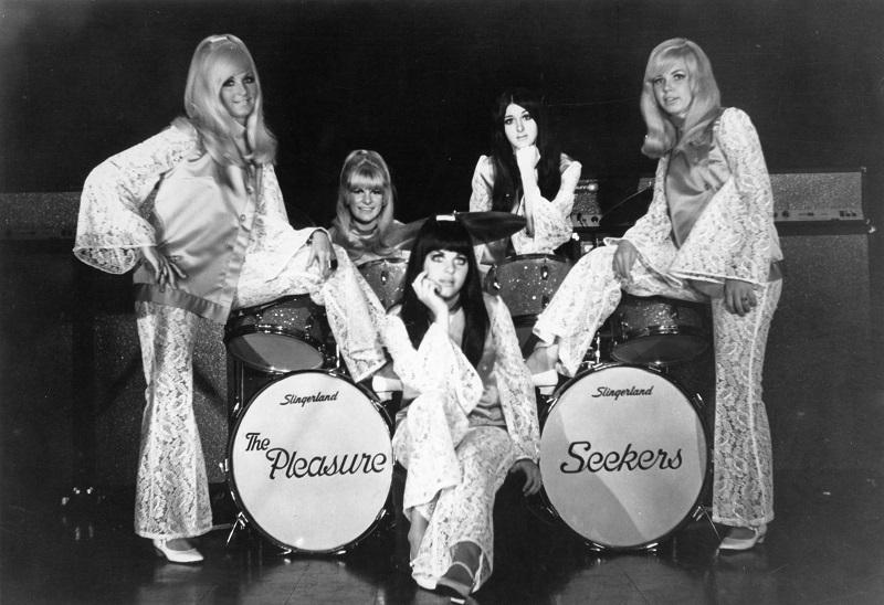 Suzi Quatro und The Pleasure Seekers posieren neben ihrem Drumkit in Suzi Q