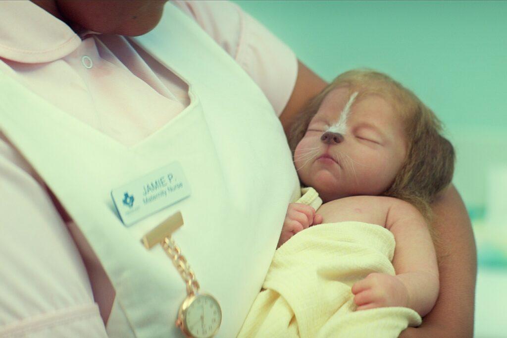Eine Krankenschwester hält ein Baby, ein Hybrid aus Mensch und Hirsch, in den Armen - Neu auf Netflix im Juni 2021