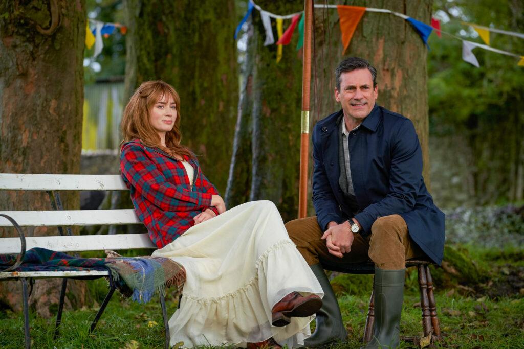 """Rosemary (Emily Blunt) und Amerikaner Adam (John Hamm) bei einer Unterhaltung auf der Farm in """"Der Duft von wildem Thymian"""""""