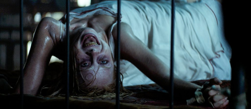 Gehört zum guten Ton eines jeden Besessenheitsfilmes: übermenschliche Körperakrobatik. | THE POSSESSION OF HANNAH GRACE © 2018 Screen Gems, Inc. All Rights Reserved.