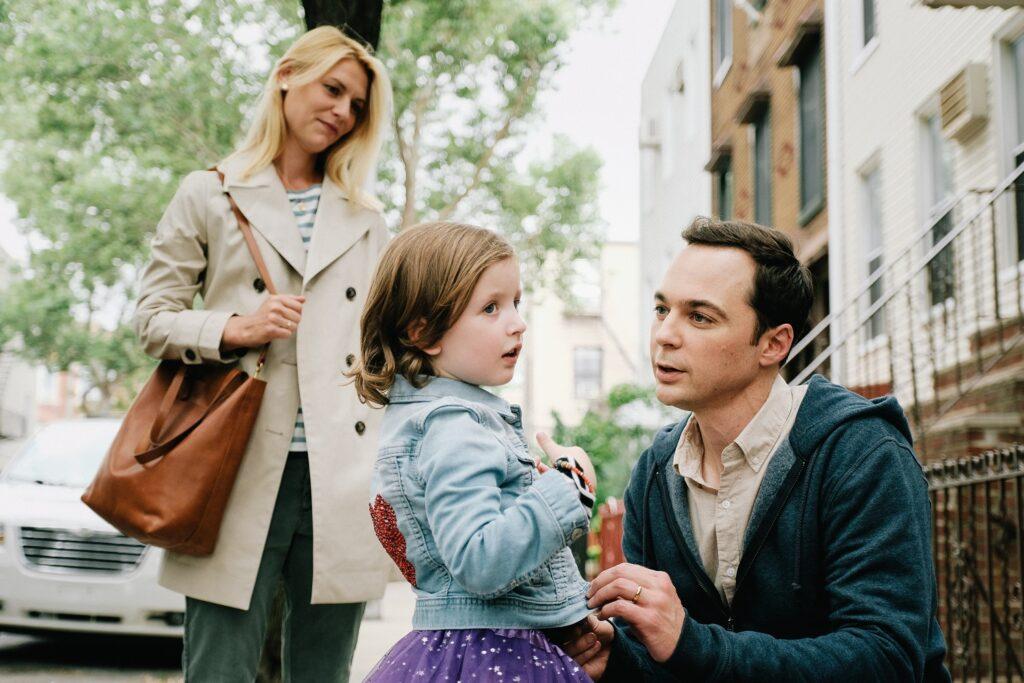 Jake spricht mit seinem Vater Greg. Seine Mutter steht im Hintergrund. Szene aus Ein Kind wie Jake.