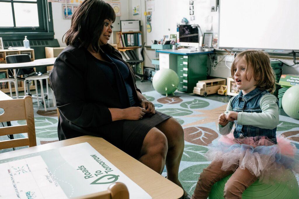 Jake und seine Kindergärtnerin Judy in Ein Kind wie Jake. Jake trägt ein Tutu und Judy schaut ihn einsichtig an.
