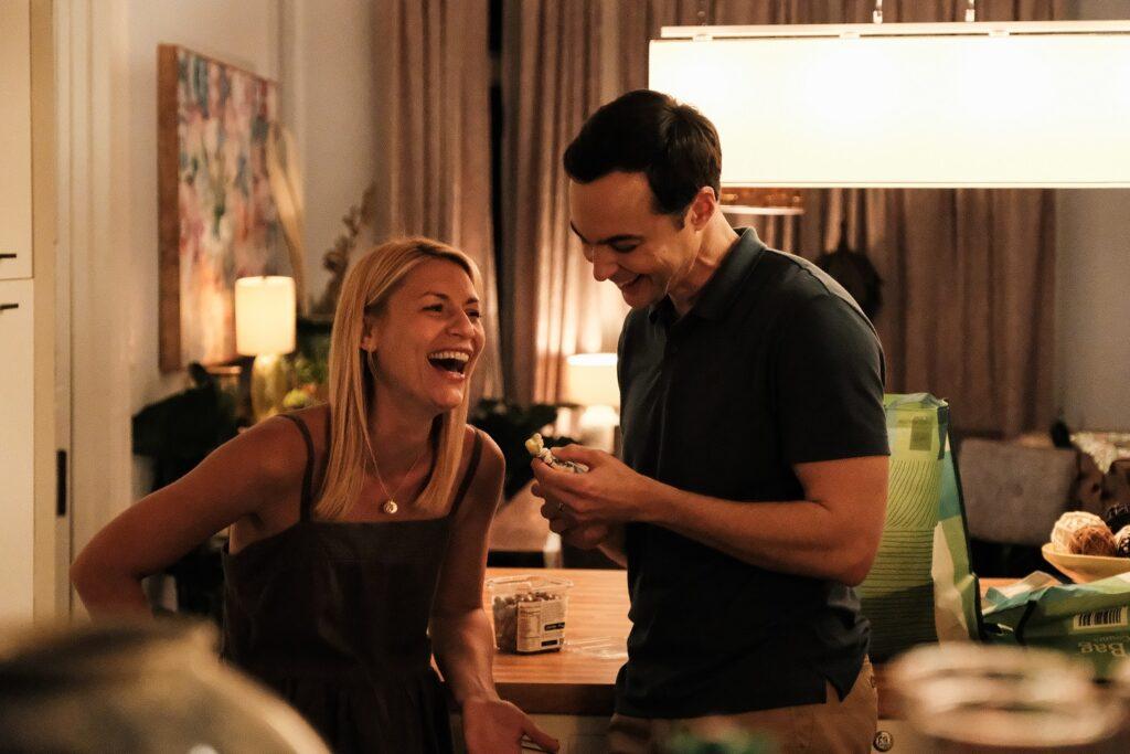 Alex und Greg lachen zu Hause und schauen auf eine Porzellan-Prinzessin in Ein Kind wie Jake.